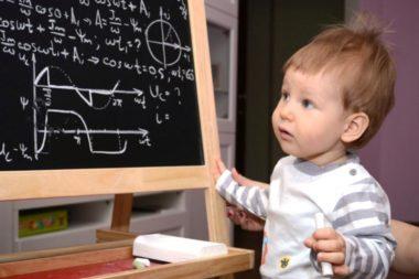 Мальчик смотрит на доску с функциями и формулами