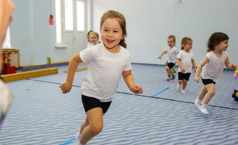 Малыши бегают в спортивном зале