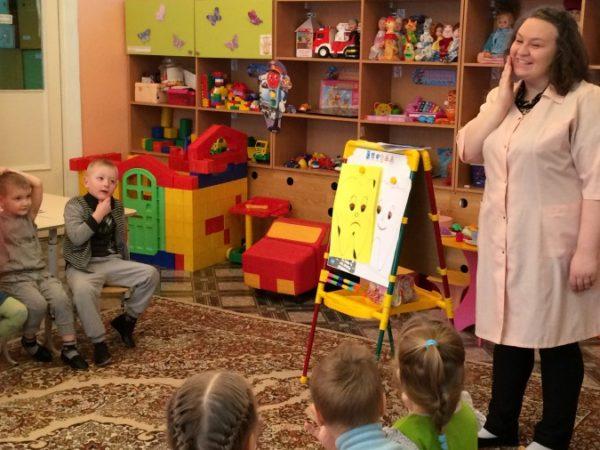 Педагог объясняет детям материал, используя магнитную доску