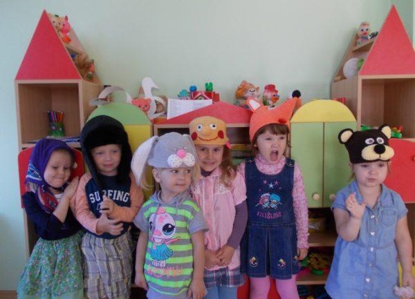 Дети в масках-шапочках сказочных персонажей
