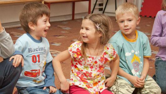 Трое детей, мальчик и девочка смеются