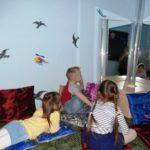 Дети смотрят на интерактивную колонну с пузырьками