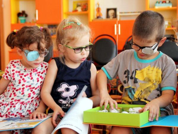 Дети в очках играют и читают