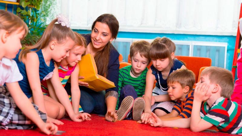 дети и воспитатель