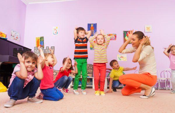 дети и воспитатель играют