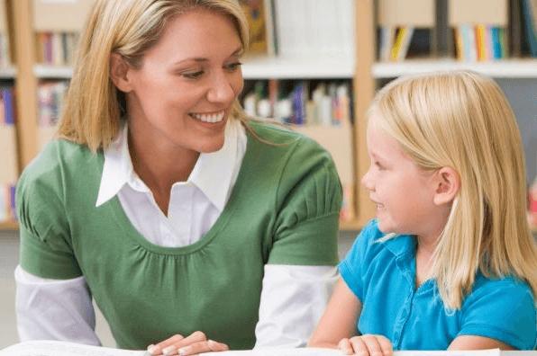 воспитатель беседует с ребенком