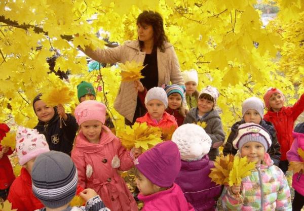 дети и воспитатель в парке