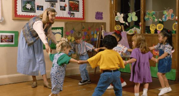 дети и воспитатель танцуют