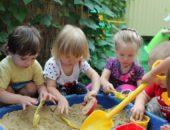 Дети играются в песке