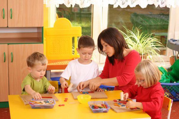 Педагог показывает ребёнку, как выполнять задание