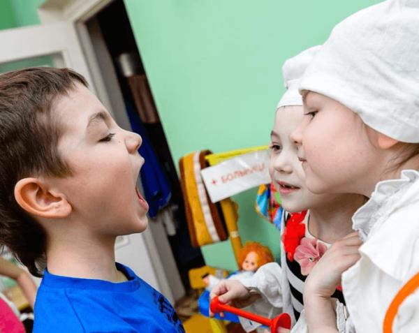 Трое детей играют в «Больницу»