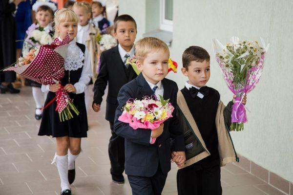 Первоклассники идут в школу с цветами