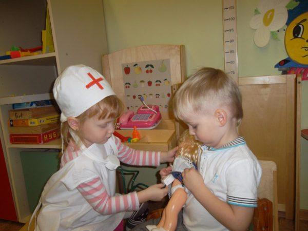 Мальчик и девочка играют в больницу