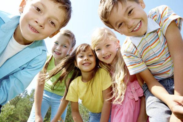 Пятеро детей на улице