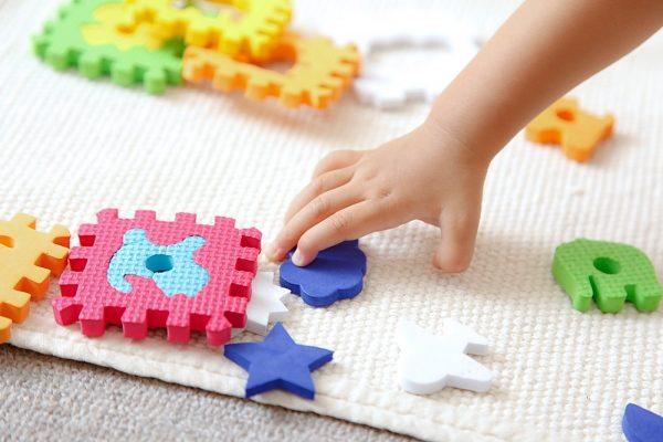 Ребёнок с деталями мягкого пазла