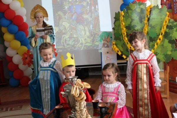 Воспитатель и дети в национальных костюмах