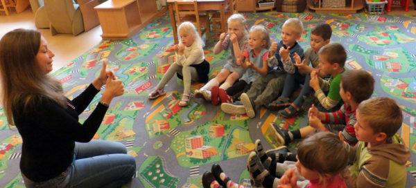 Воспитатель показывает детям карточки