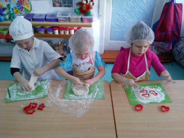 Трое детей делают поделки из солёного теста