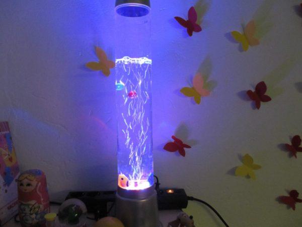 Интерактивный светильник и бумажные бабочки на стене