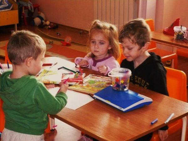 Дети занимаются за столом