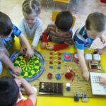 Дети занимаются на бизиборде