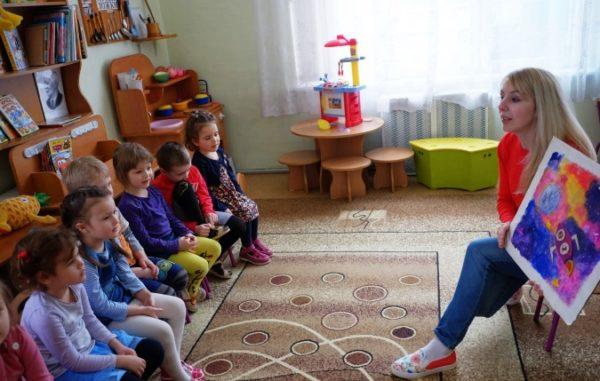 Педагог показывает картину детям