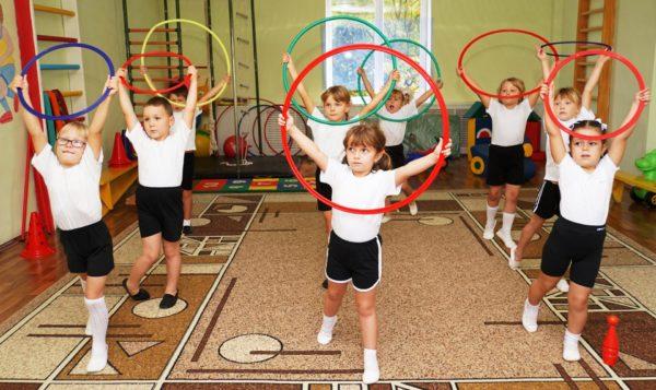 Дети с обручами на физкультуре
