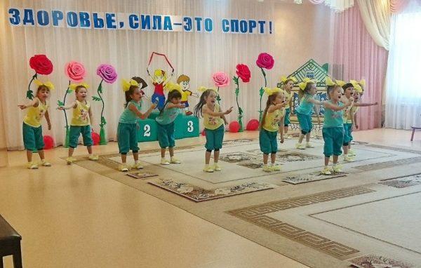 Дети танцуют и поют в зале на развлечении по ЗОЖ