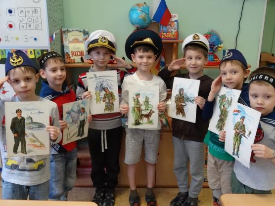 Дети стоят с картинками военных разных родов войск
