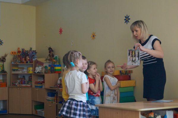 Педагог показывает детям картинку со снеговиками