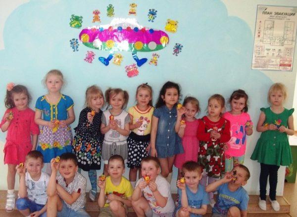 Дети держат маленькие игрушки