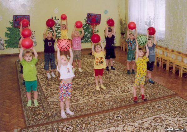 дети на физкультуре