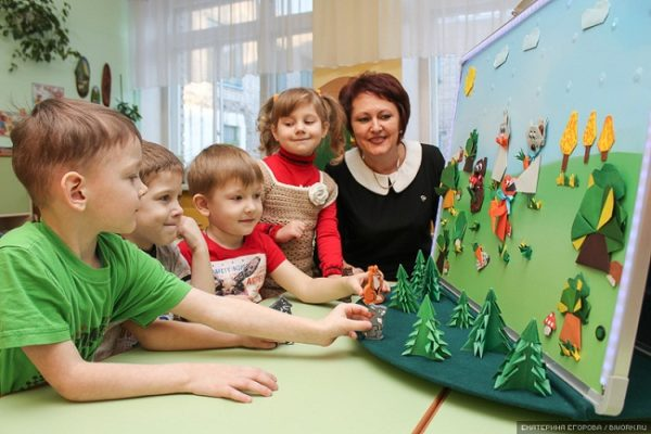 дети у смоделированной полянки