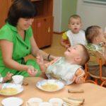 Дети обедают в детском саду