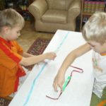 Ребята измеряют длину ленточек