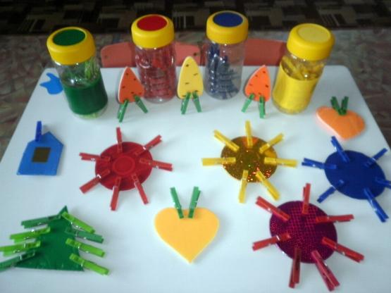 Баночки с цветными прищепками, цветные картонные фигурки с прищепками