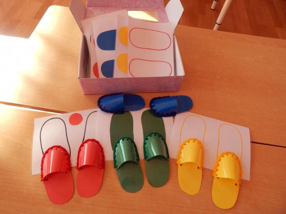 Цветные башмачки (листы бумаги с цветными силуэтами ступней, тапки разного цвета)