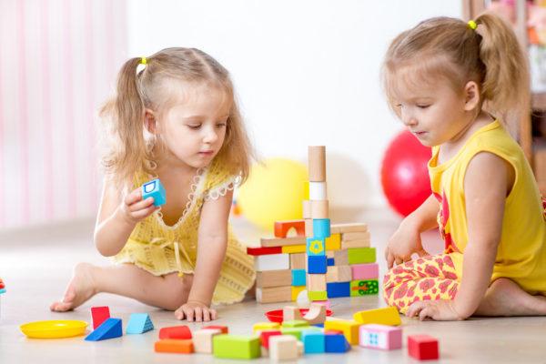 Девочки вместе строят башенку