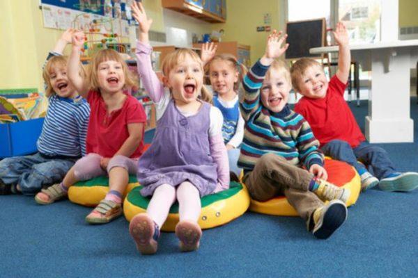 Дети тянут руки вверх для ответа