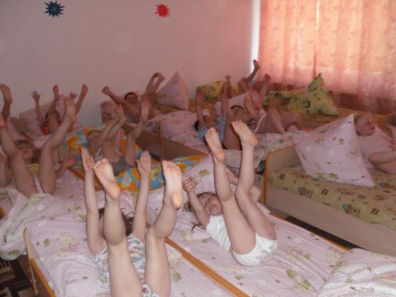Дети лежат, задрав ножки вверх