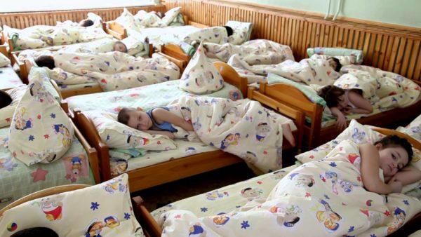 Застеленные кроватки в детском саду