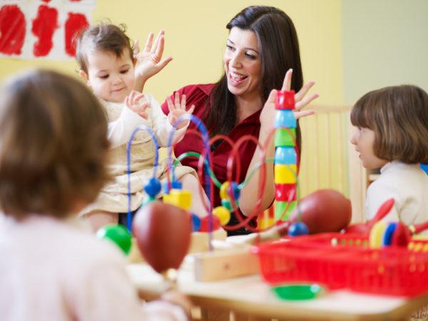 Воспитательница с маленькими детьми