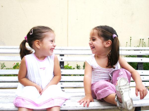 Девочки общаются