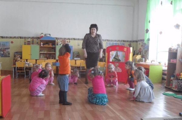 Дети младшей группы играют с воспитателем