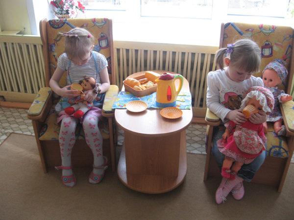 Девочки «кормят» кукол