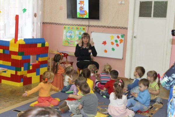 Воспитатель рассказывает детям о лисе