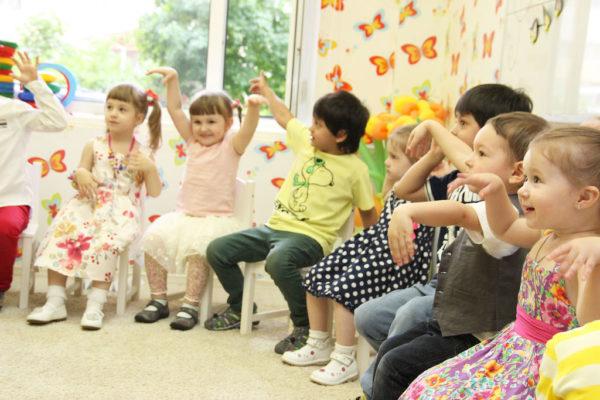 Дети показывают что-то руками в детском саду