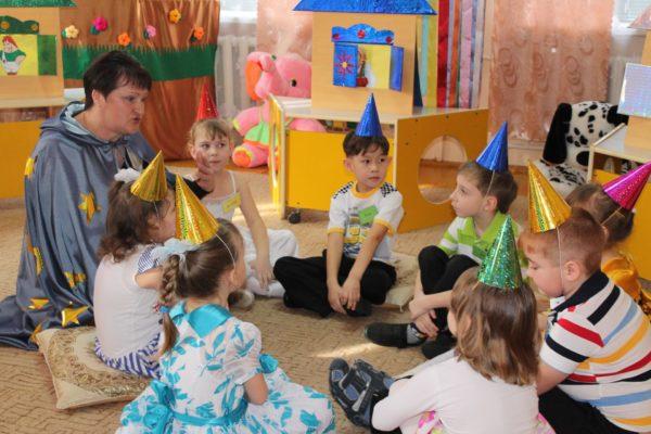 Дети и педагог в сказочных костюмах