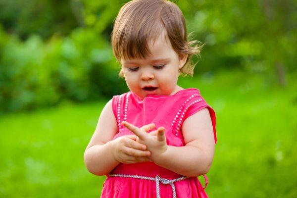 ребенок пересчитывает свои пальчики