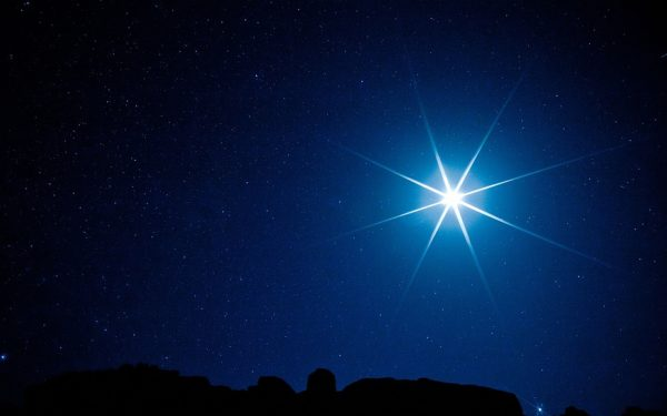 Яркая звезда в тёмно-синем небе